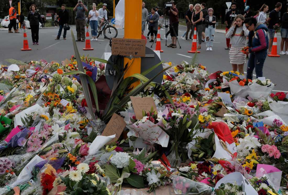 Blommor till minne av offren i Christchurch.