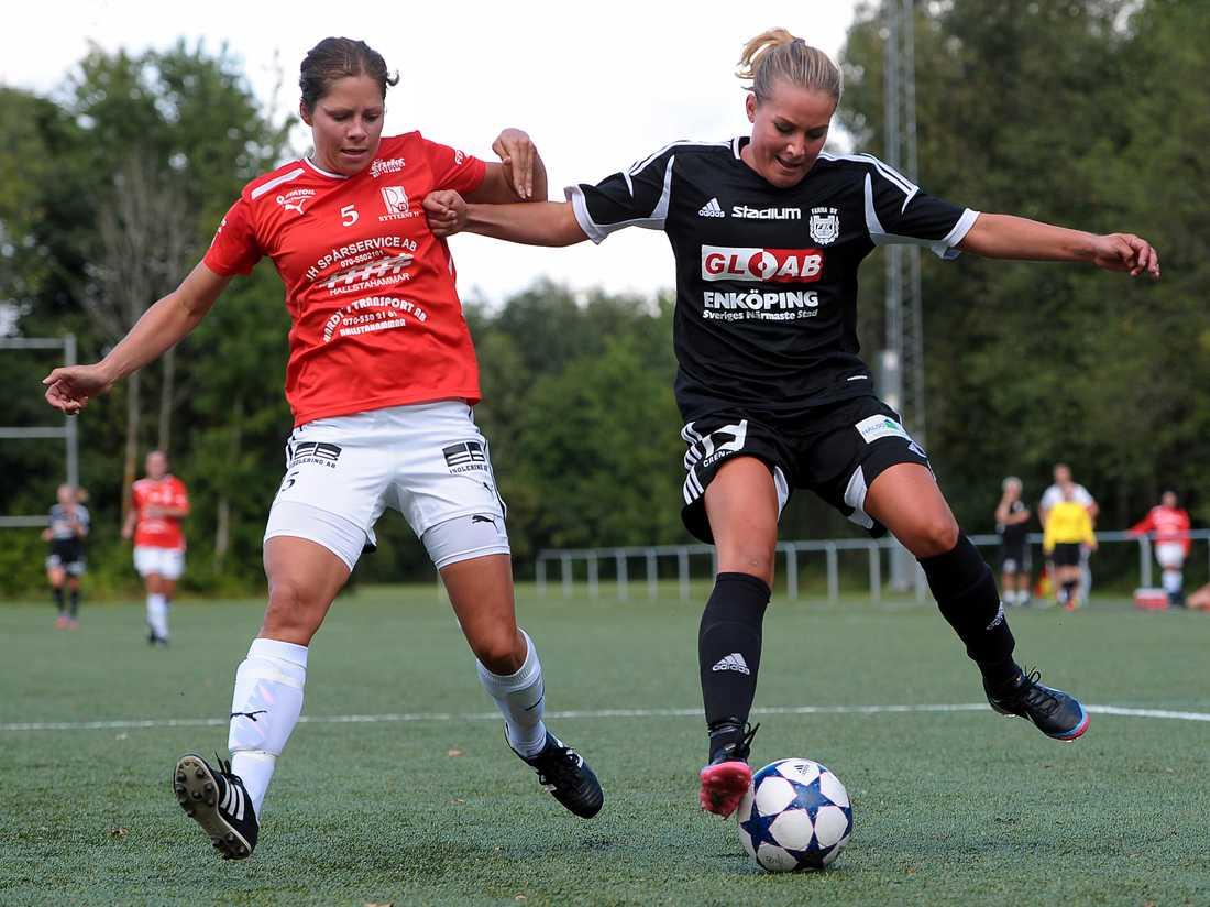 """Fanna BK (här i match mot Rytterne IS) sponsras av Gloab i Enköping. """"Jag tycker det är roligt med de lägre divisionerna, pengarna gör mer nytta där"""", berättar Ralph Björklund."""