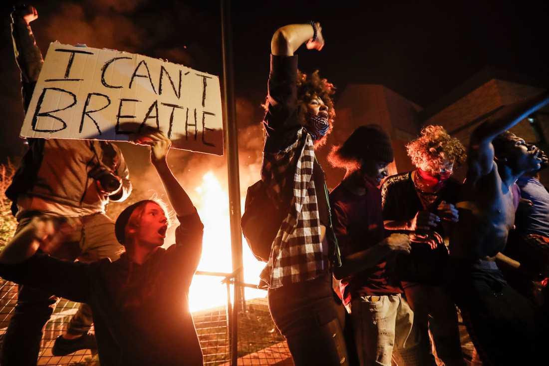 Dramatiska scener utspelade sig utanför polisstationen i Minneapolis tredje distrikt under natten till fredag. Polisstationen stacks i brand av demonstranter som är upprörda över polisens övervåld mot svarta.