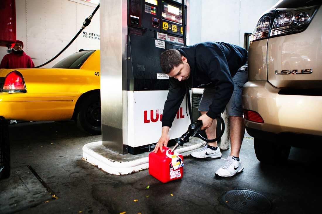 Michael bor i West Village och bunkrar bensin.