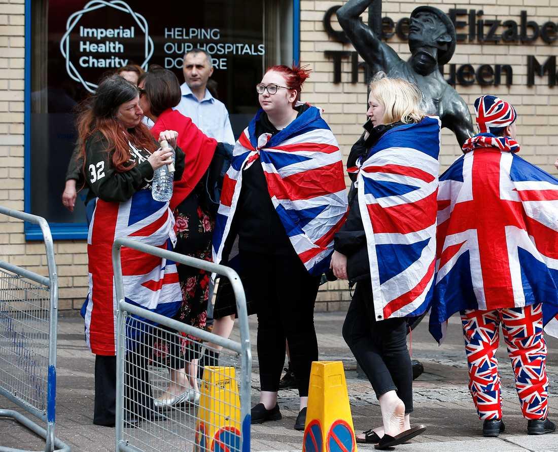 Rojalister samlas utanför St Mary's Hospital i samband med att att nyheten om att prins William och Kate åkt in till BB.