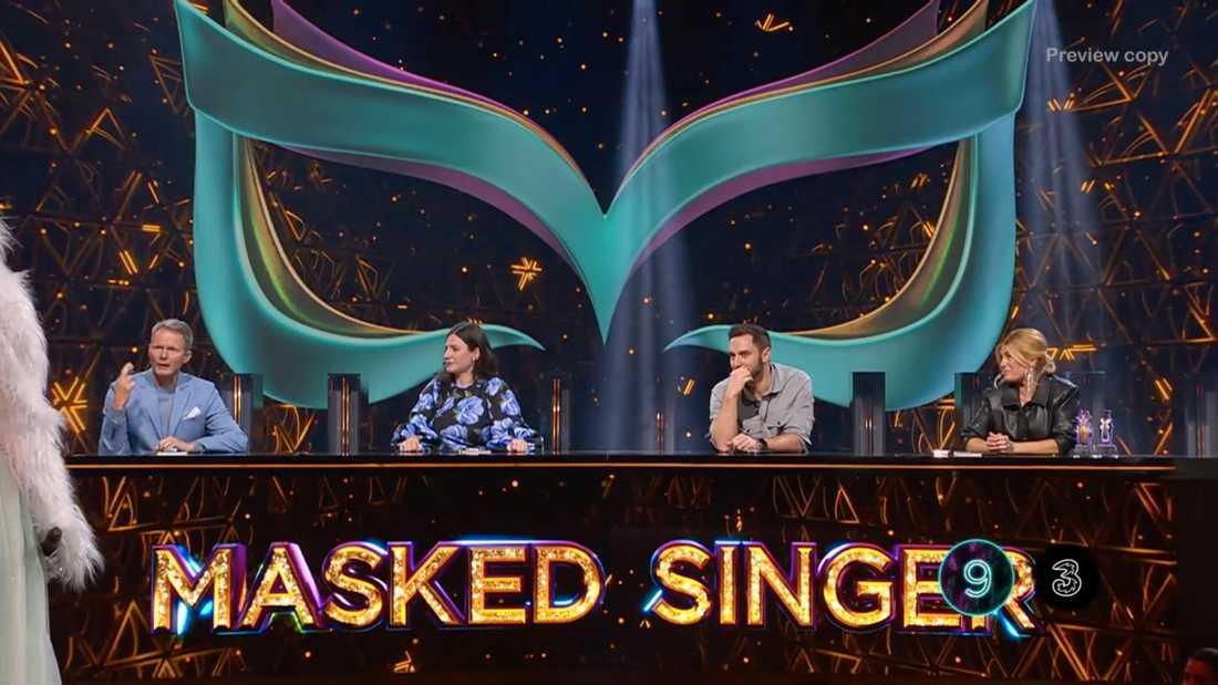 """Mobiloperatörens logga dyker upp i rutan i de mest spännande minuterna under sändningen av """"Masked singer"""" i TV4."""