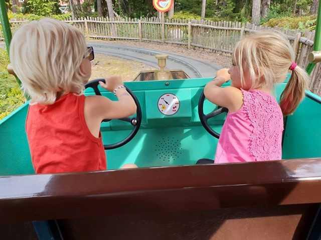 Här kör hon och brodern bil under djurparksbesöket.
