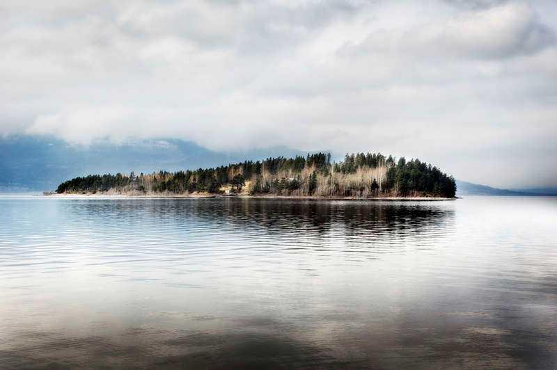 Nio månader har gått sedan terrordådet på Utøya. Det är lugnt och öde på ön och det enda spåren som går att finna av dådet är skotthål i trädstammar och soptunnor.