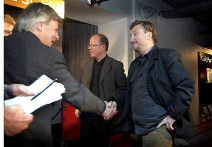 KYLIGT HANDSLAG Jan Guillou och Janne Josefsson är inte såta vänner. När de möttes på Publicistklubbens debatt i går kväll gick Josefsson till personangrepp.Foto. LARS ROSENGREN