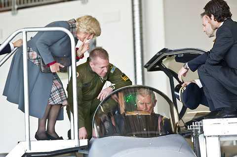 Prinsen fick provsitta ett JAS-plan.
