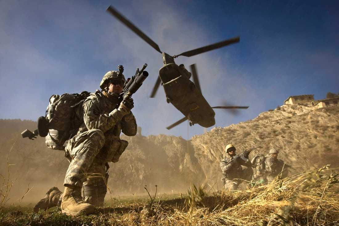 LUFTBURNA Amerikanska trupper landsätts med en Chinook-helikopter i Afghanistan – samma typ av helikopter som sköts ner i går.