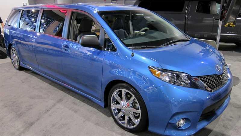 Toyota Sienna är en modell som ersatte Previan för ett antal år sedan. Siennan har inte sålts i Sverige. Framför allt inte i denna långa version - den perfekta bilen för fotbollsmammor. Plats för flera ungar, sköna fåtoljer plattskärmar och en bänk för att snabbt fixa mellis efter matchen.