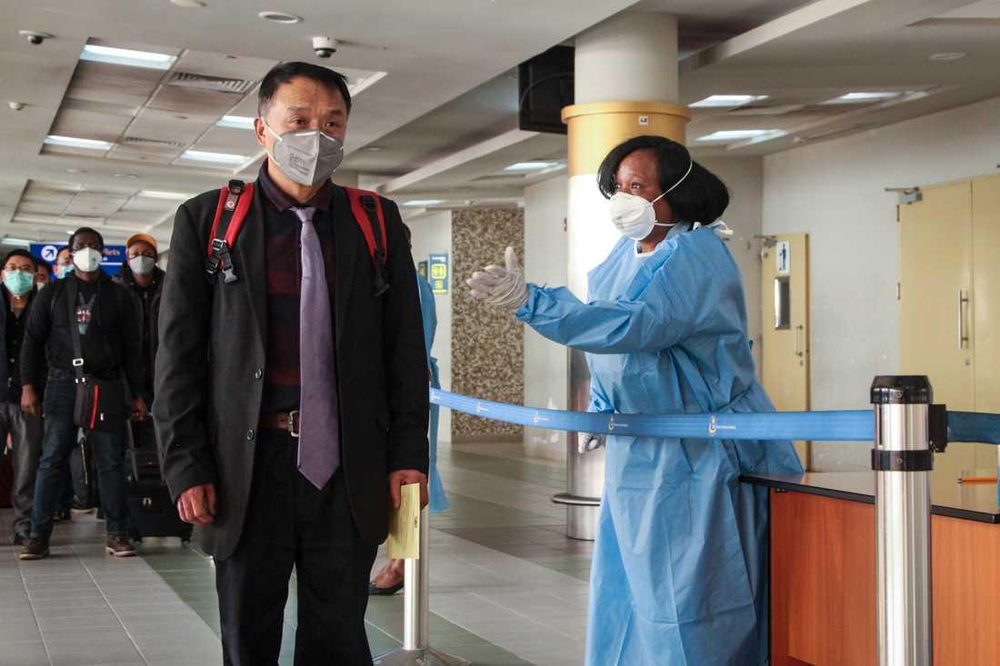 Passagerare från södra Kina kontrolleras för coronaviruset på flygplatsen i Nairobi, Kenya, i januari.