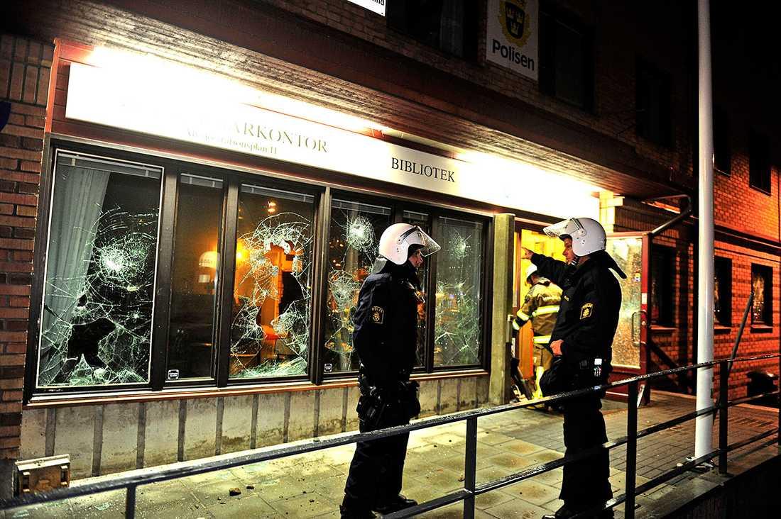 Krossade fönsterrutor på medborgarhuset i Älvsjö där även polisen har ett kontor.
