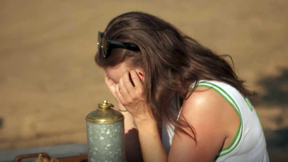 En närmast chockad Emmy blir lämnad kvar ensam.