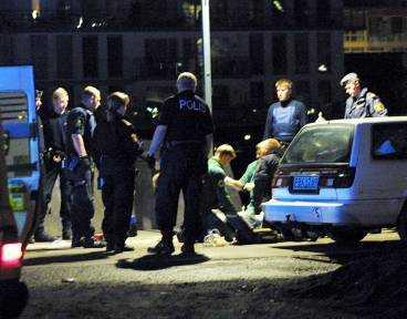16 poliser fanns på plats när 56-åringen dog.