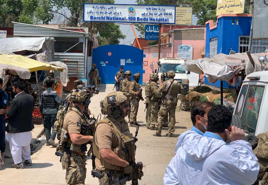 Afghansk och utländsk säkerhetspersonal på plats efter attacken mot sjukhuset i Kabul.