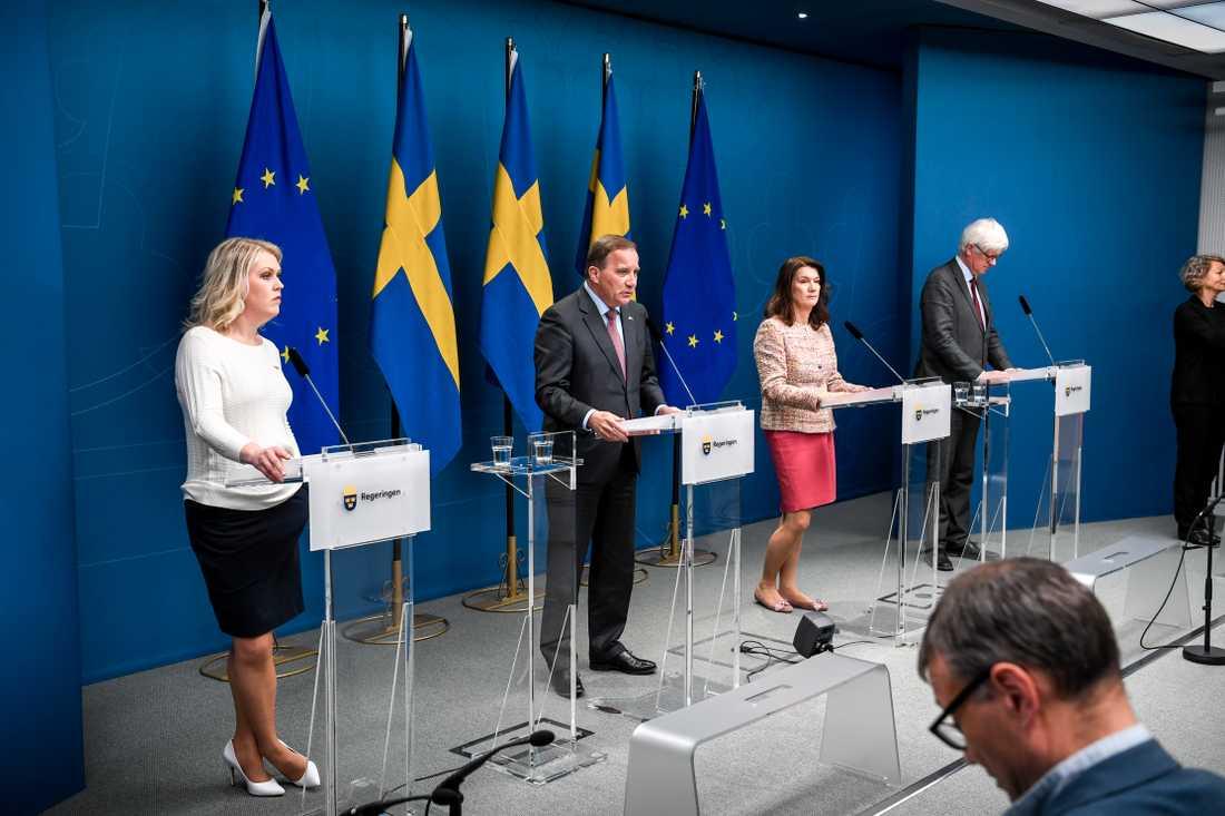 Socialminister Lena Hallengren (S), Statsminister Stefan Löfven (S), utrikesminister Ann Linde (S) och Johan Carlsson, generaldirektör för Folkhälsomyndigheten.