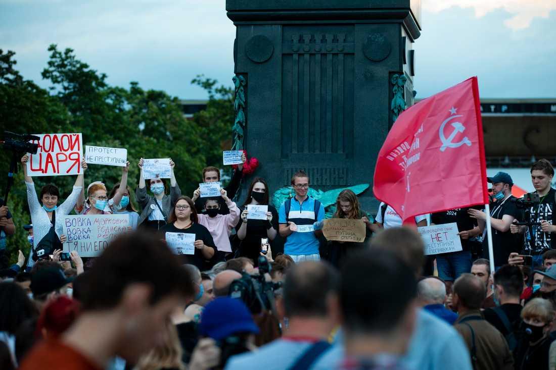 En grupp demonstranter protesterar mot Putins fortsatta styre på Pusjkintorget i centrala Moskva.