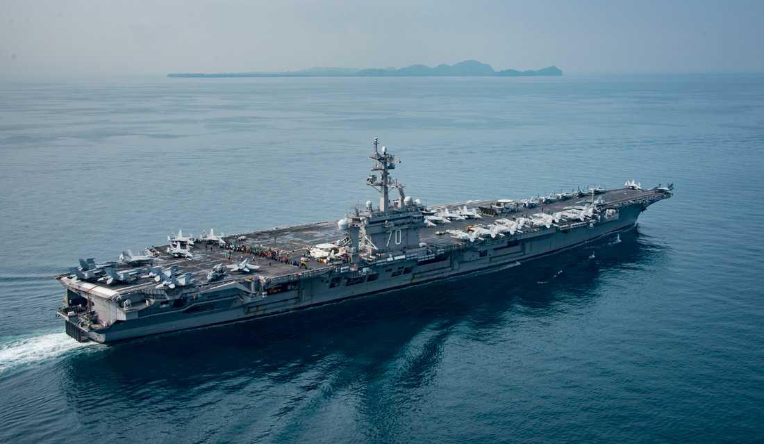Hangarfartyget Carl Vinson på den bild vid Sundasundet som den amerikanska flottan publicerat.