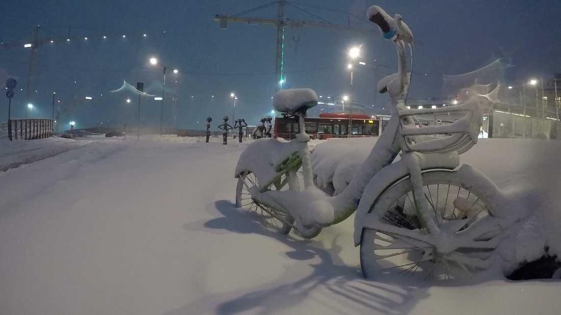 En översnöad cykel.