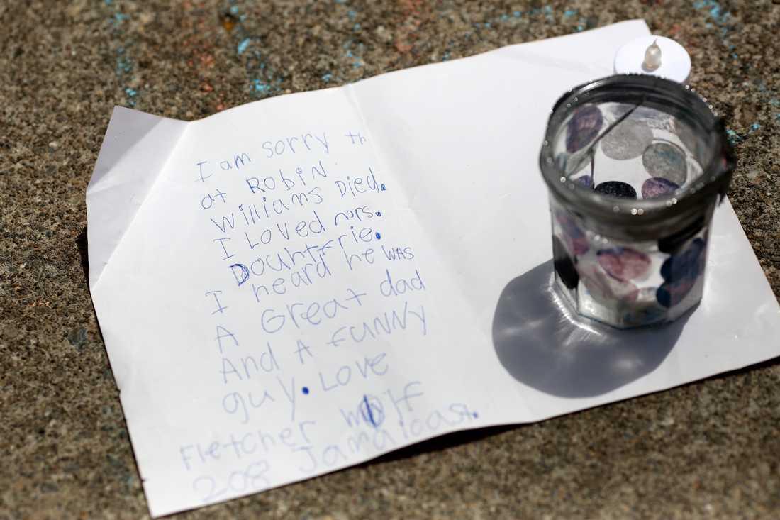 Barnen hyllar  En liten handskriven lapp från ett barn utanför Williams hus