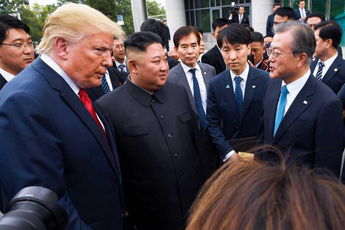 USA:s president Donald Trump, Nordkoreas diktator Kim Jong-Un och Sydkoreas president Moon Jae-In vid gränsen mellan Nord- och Sydkorea i somras.