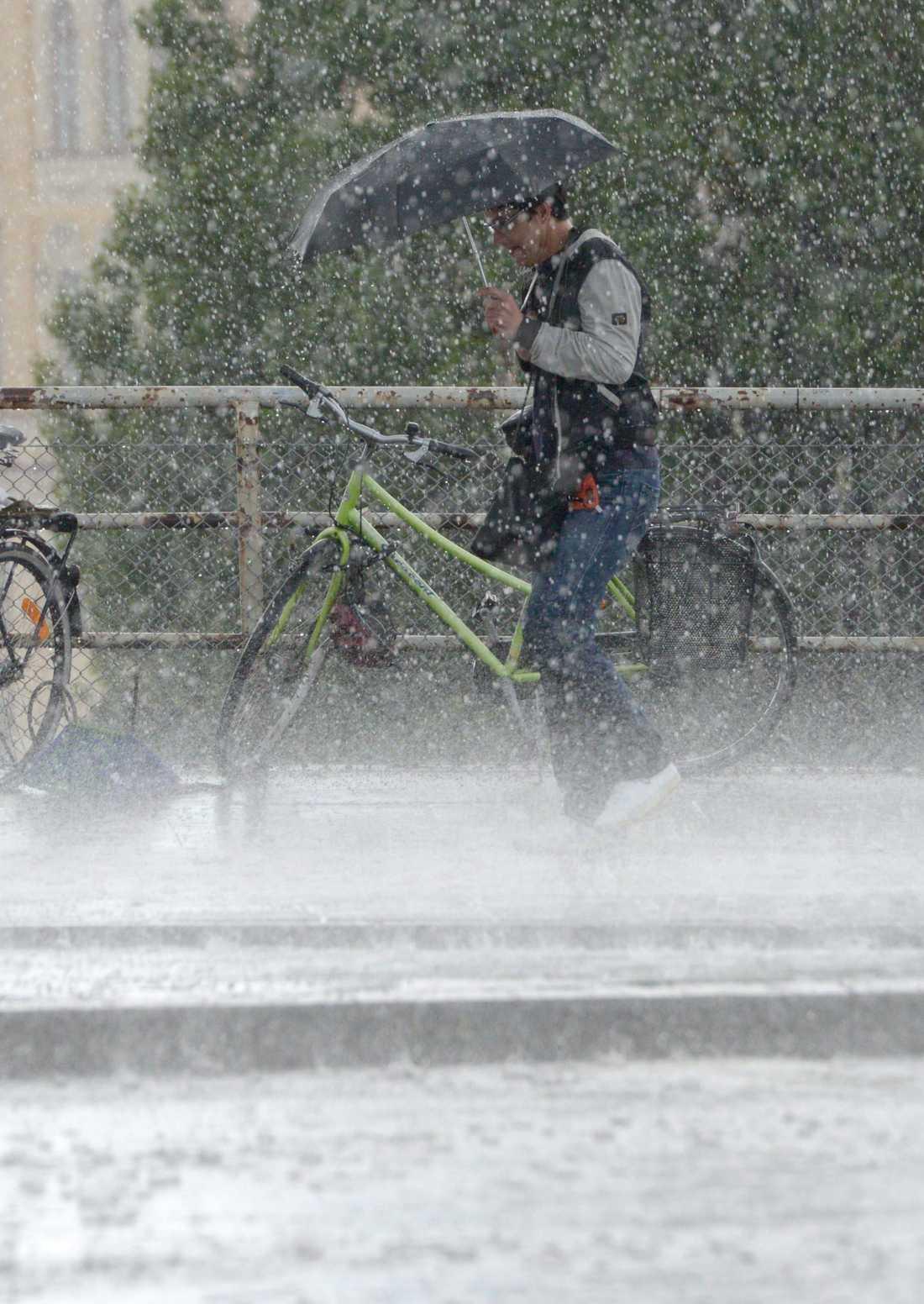 Vid Slussen i Stockholm kom en kraftig åskskur med inslag av hagel
