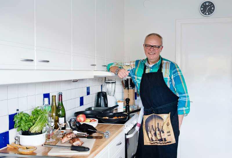 """DET SKA SVÄNGA OM MATEN Han har provsmakat litervis med vin genom åren och ger nu ut ännu en kokbok, """"Håkan Larssons lördagkväll med mat och vin"""" - inklusive musiktips. """"Matlagning och musik hör ihop"""", säger Håkan Larsson."""