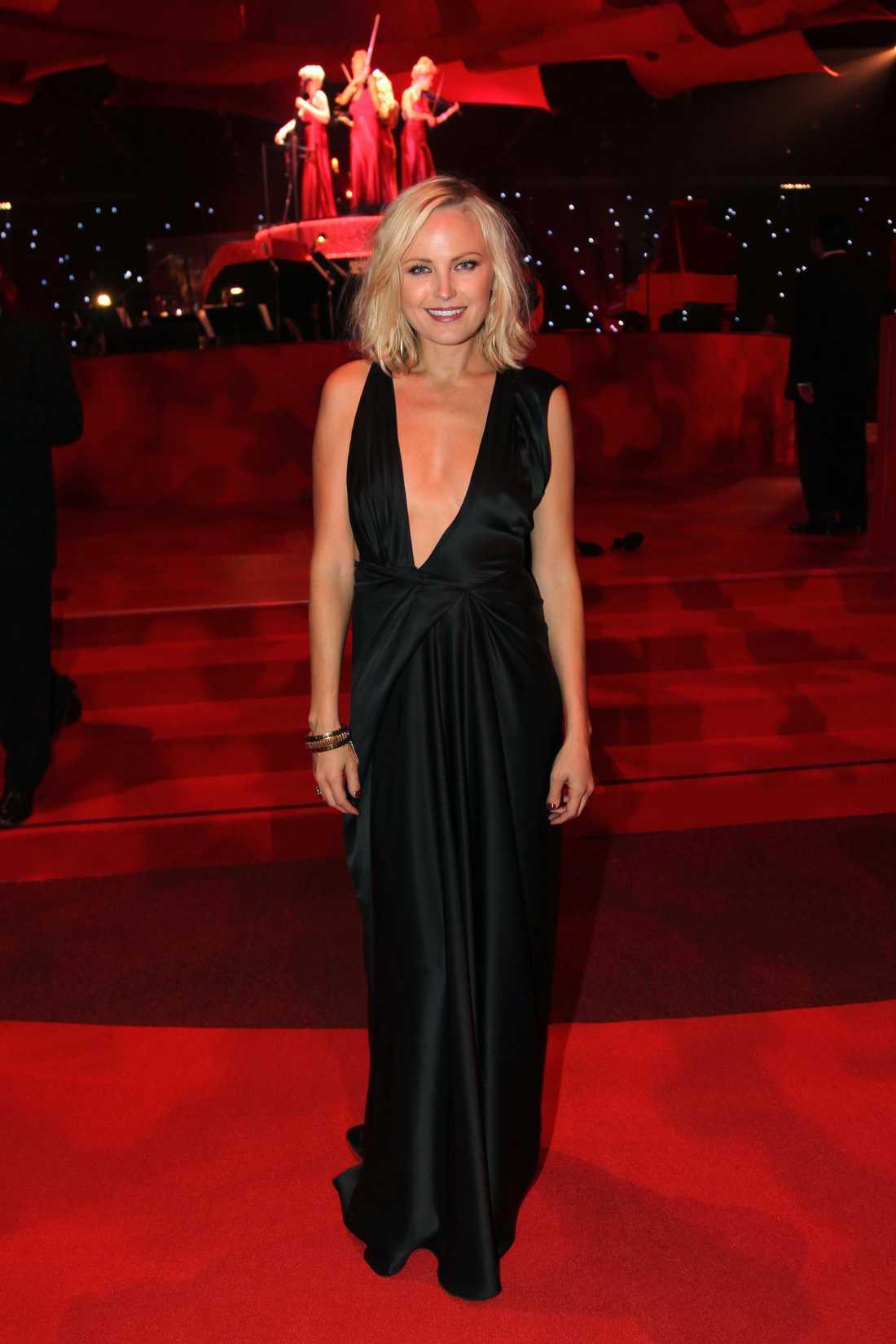 Den svenska Hollywoodstjärnan poserar på röda mattan.