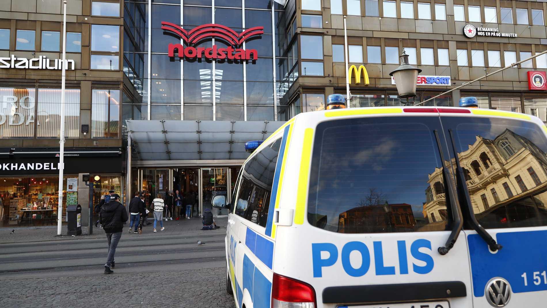 Hovrätten sänker straffet för ett knivdåd nära köpcentret Nordstan i Göteborg i fjol. Arkivbild.
