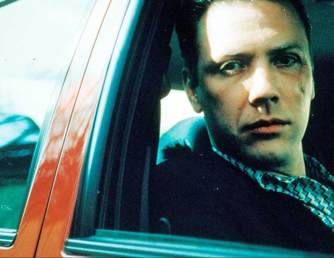 """Fridell om stjärnorna han jobbade med innan de blev kända: Mikael Persbrandt, som var elak pojkvän/knarklangare i """"Under ytan"""", men då ännu inte hade blivit Gunvald Larsson med hela svenska folket: –Han spelade in Beck-film på dagarna och """"Under ytan"""" på nätterna. Våra producenter slogs om att få använda honom. Det var en fröjd att jobba med honom och Johanna Sällström. Ingen upplevelse är bättre än när man har en idé och skådespelarna kommer tillbaka med något som är mycket bättre. En superbegåvning. Han har hanterat framgången bra. Det kan inte vara lätt att vara Persbrandt. Vi ‧umgås någon gång varje år, pratar om livet."""