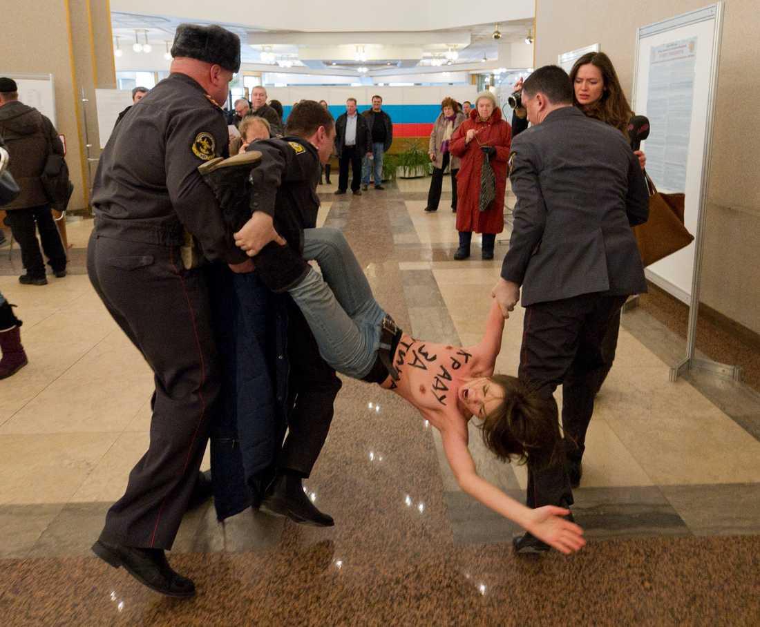 Attack De nakna kvinnorna protesterade i samma vallokal som Putin lade sin röst.