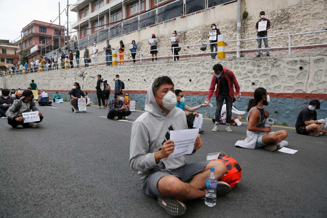Katmandu-bor protesterar mot Nepals hantering av coronautbrottet i landet. Demonstranterna har tidigare mötts av vattenkanoner.