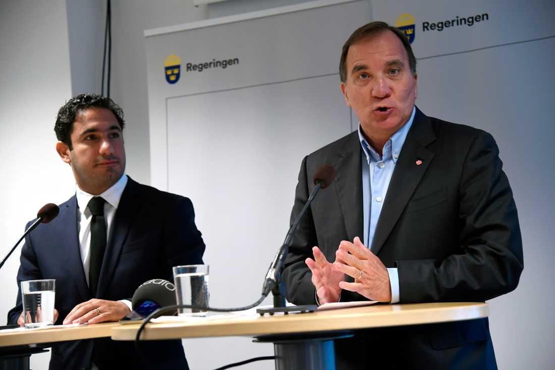 Civilminister Ardalan Shekarabi och statsminister Stefan Löfven och under deras besök i Katrineholm i dag.