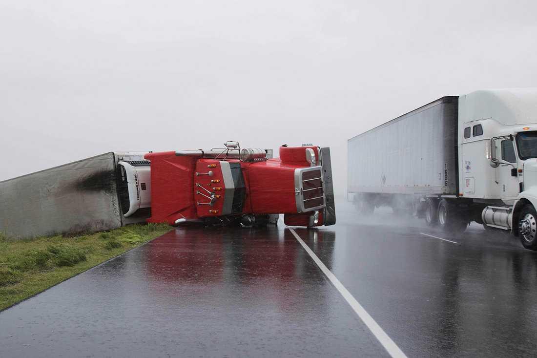 En lasbil har vält på motorväg 59 i Edna, Texas.
