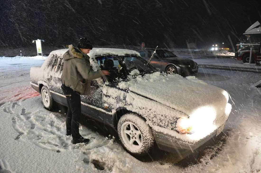 Snön vräkte ner Emmelie Ivemon, 20, fick sopa av bilen ordentligt efter sitt stopp vid Ljunga motell utanför Jönköping.