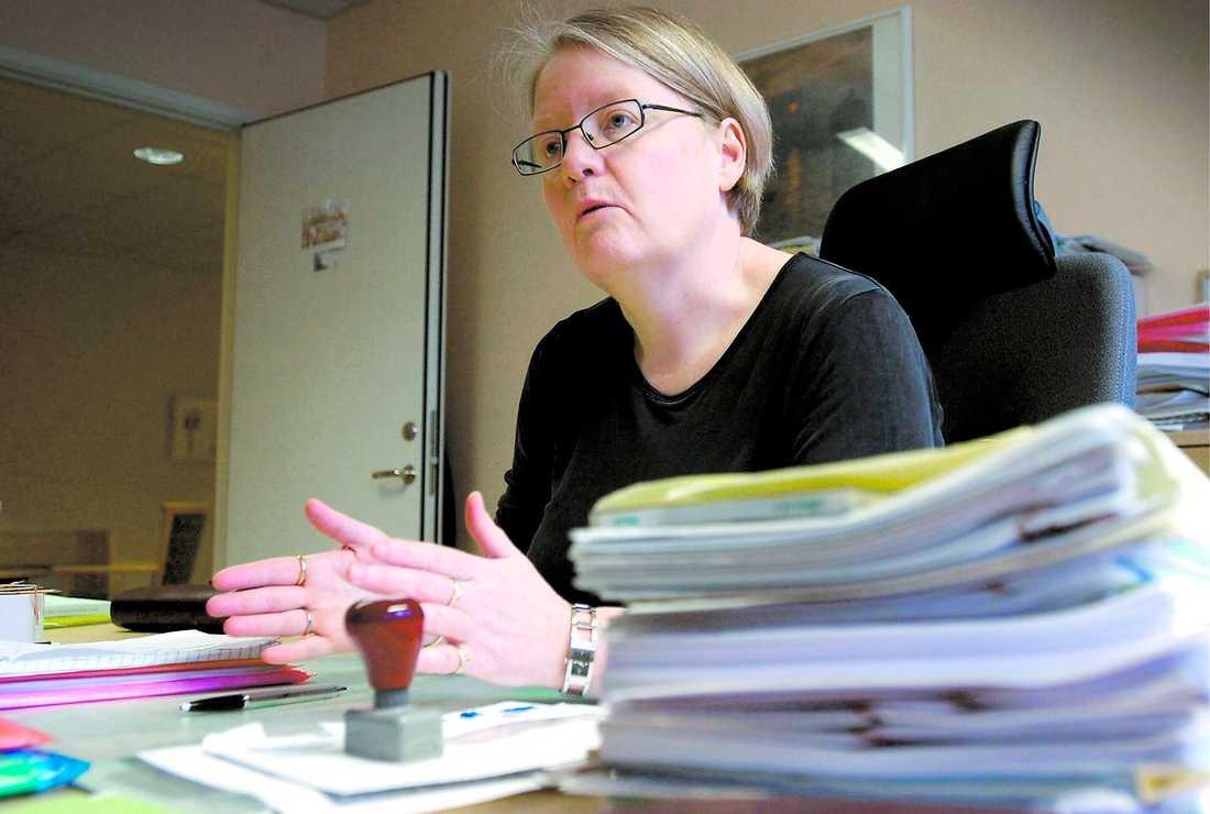 """""""HON ÄR EN FIGHTER"""" Det säger Barbro Jönssons kollega Peter Gillberg som arbetade tillsammans med henne i mastodonträttegången 2004 mot Brödraskapet Wolfpack. Här förs en av de åtalade in i gamla hotell Riverside i Uddevalla som byggdes om speciellt för rättegången – alla misstänkta fick inte plats i tingsrättens lokaler."""