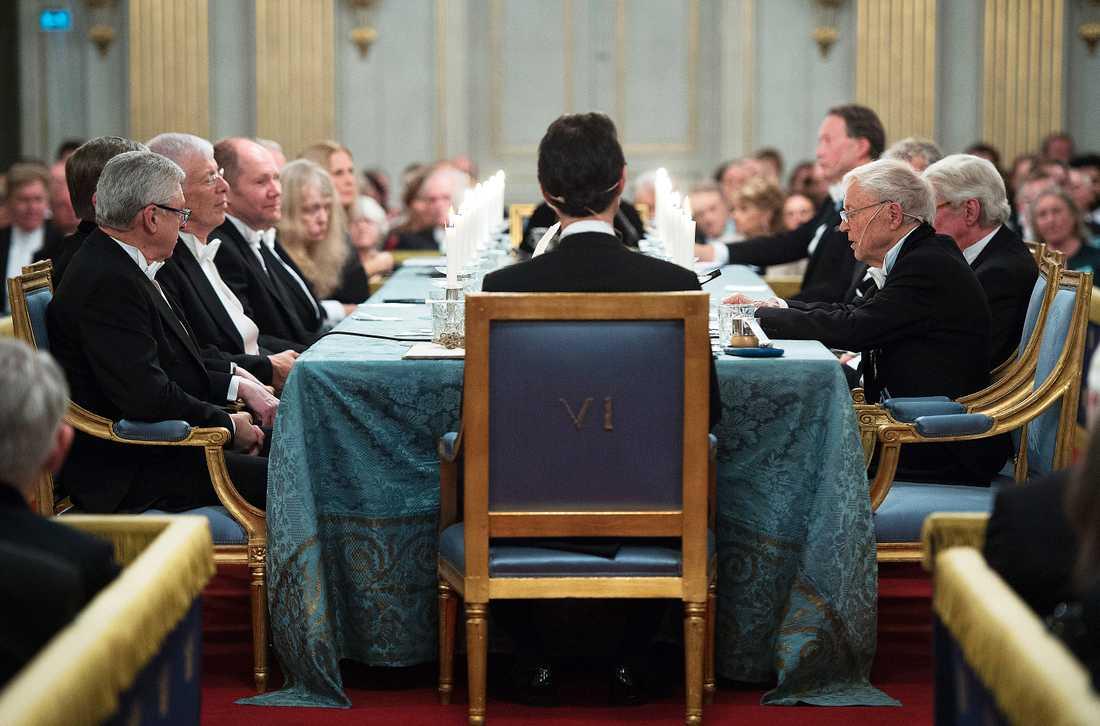 Nätverket Svenska Akademien i högtidligt möte, med före detta ständiga sekreteraren Sara Danius med ryggen mot kameran.
