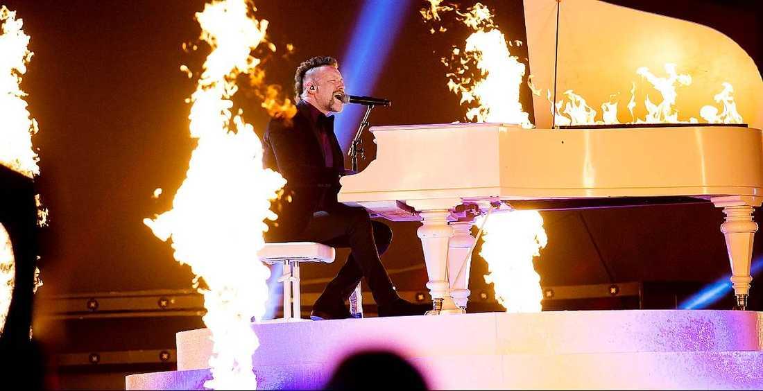 """Här sitter en äkta schlagerstjärna och spelar för hela svenska folket. För Ralf Gyllenhammar är det en stor revansch efter år av tvivel på sig själv. """"Kolla vem som är på tv nu, med en brinnande flygel"""", säger finalisten i Melodifestivalen."""