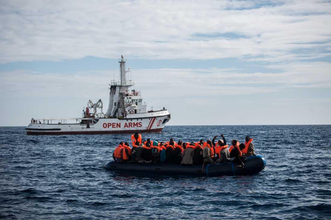 Migranter på väg att bli upplockade i torsdags av den spanska hjälporganisationen Pro Activa Open Arms, 30 sjömil utanför den spanska kusten.