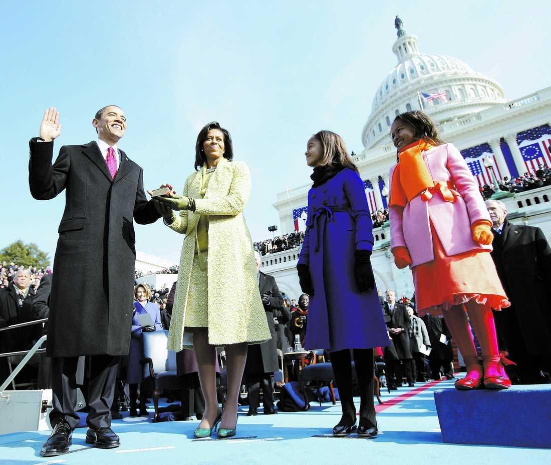 """nu tar du över, pappa! Barack Hussein Obama, 47, svär presidenteden med hustrun Michelle och döttrarna Sasha och Malia vid sin sida. """"Vi fick se en svart man, son till en afrikansk invandrare, lägga handen på Lincolns bibel och sväras in på en post vi trodde var förbehållen en viss sorts vita män med vissa sorters försänkningar och resurser"""", skriver Aftonbladets Per Bjurman."""