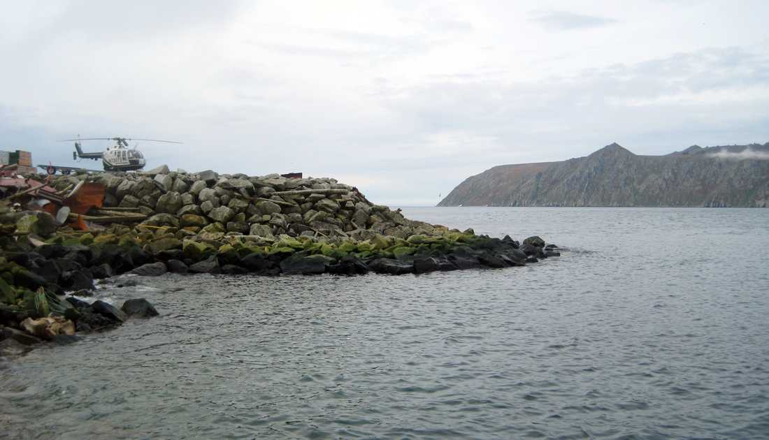 Så nära men ändå så långt bort. På Stora Diomede i bakgrunden är det redan imorgon.