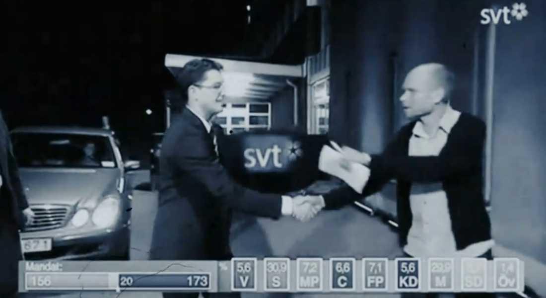 Bild från musikvideon när Jimmie Åkesson skakar hand med Kristian Luuk.