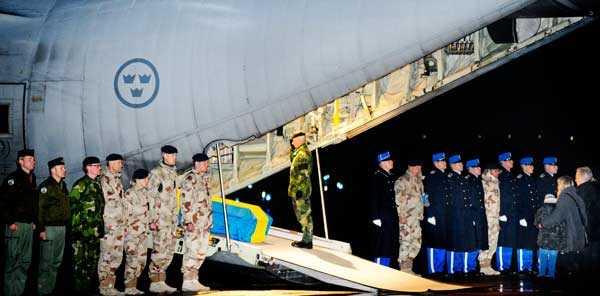 Kom hem i kistan I går eftermiddag 16.54 landade Kenneth Wallins kropp på Örebro flygplats. Där byttes den enkla träkistan ut mot en begravningskista draperad med svenska flaggan. Sedan bars den ombord på det väntande Herkulesplanet för att föras den sista sträckan till minnesceremonin på Ärla flygplats. Där mötte bland andra överbefälhavaren Sverker Göranson upp. Här gör han honnör för den stupade soldaten.