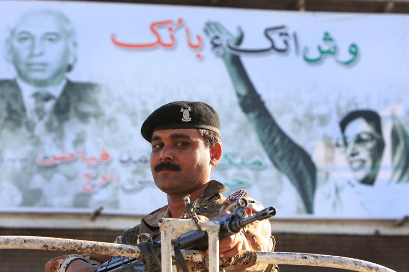 Ali Bhuttos Folkparti, senare lett av dottern Benazari, har haft stort inflytande i Pakistans historia. Liksom militären.