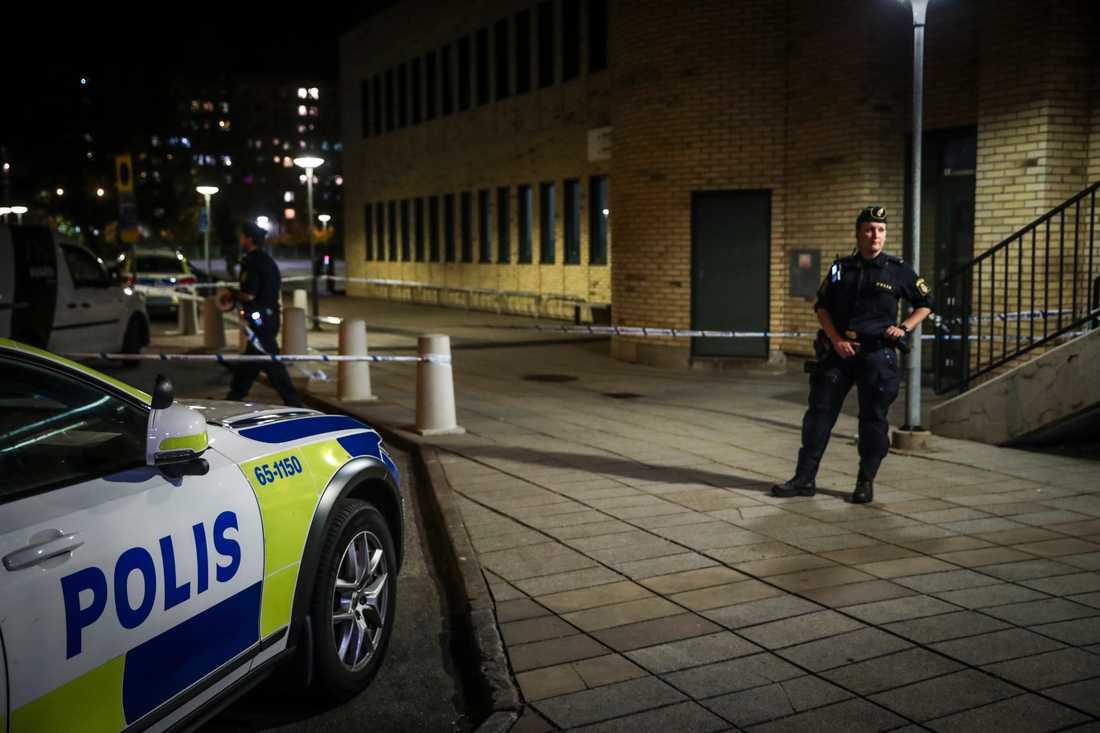Polis vid avspärrning i området där en man hittades skottskadad i stadsdelen Rosengård på lördagskvällen.