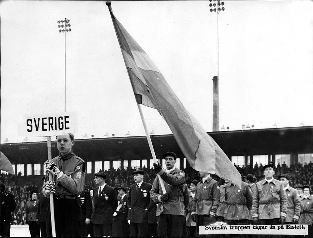 1952 i Oslo, Erik Elmsäter, backhoppare bär in fanan