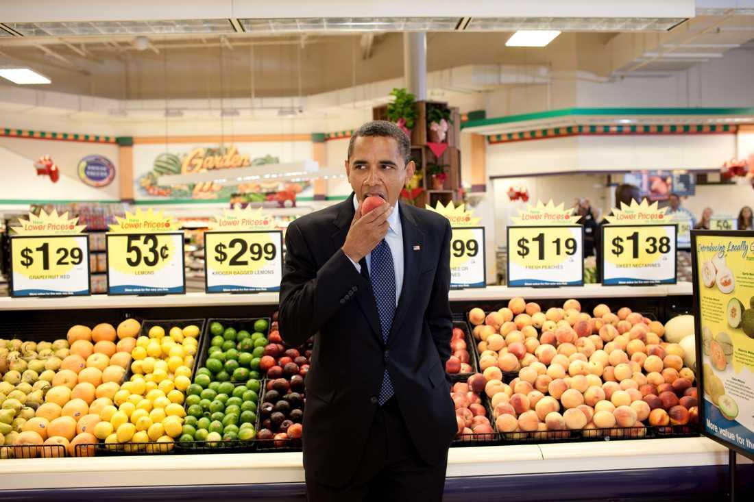 President Obama äter en nektarin på Krogers supermarket i Bristol, Virginia, efter ett möte i stadshuset 2009.