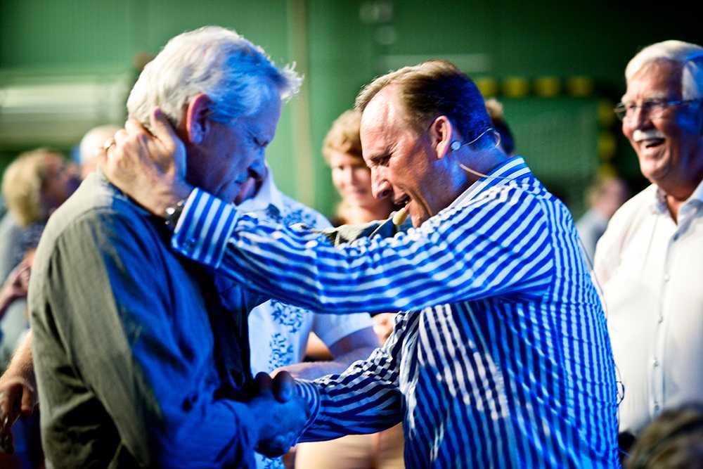 Pastor Jens Garnfeldt har fått in över 72 miljoner kronor i gåvor från troende.  Tord Sundqvist, vice ordförande i utbildnings- och arbetsmarknadsnämnden, kallar väckelsemöterna för bedrägligt beteende och kräver att de stoppas.