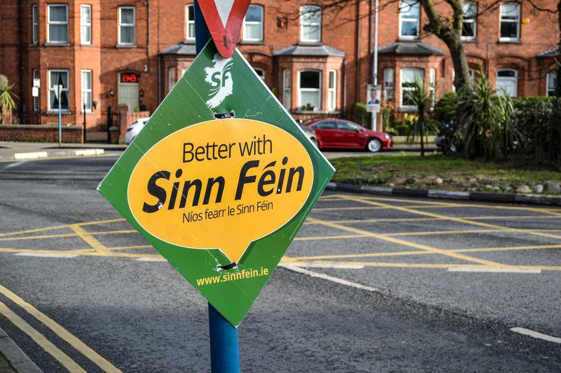 """""""Bättre med Sinn Féin"""" hävdar vänsterpartiet på sina skyltar inför parlamentsvalet på Irland."""