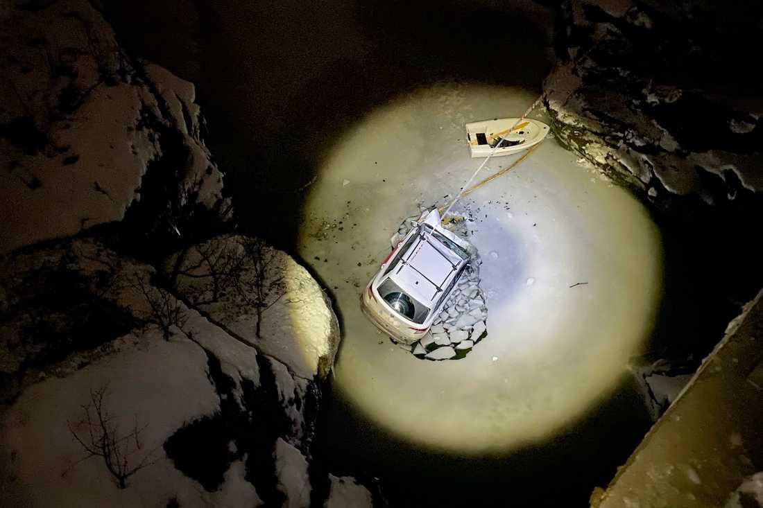 En bil körde av en bro i norra Norge och föll tio meter ned i en älv. De två personerna inuti kunde räddas ur vattnet och har förts till sjukhus.