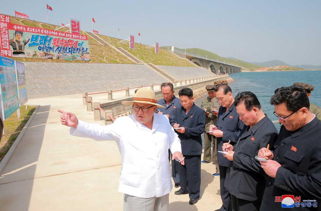 Nordkoreas ledare inspekterar en ny järnväg i ett odaterat foto från statlig Nordkoreansk media.