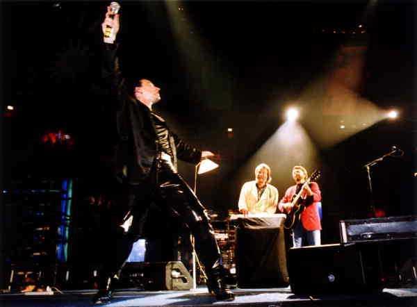 DÅ Bono och U2 får besök av inga mindre än ABBA:s Björn och Benny på scen i Globen 1992.